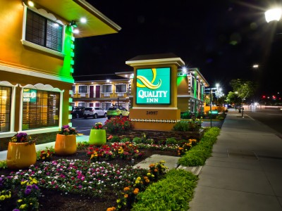 Quality Inn Hotel Hayward - Signage and Street View at Night
