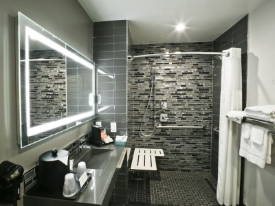 Quality Inn Hotel Hayward - Accessible King Deluxe Private Bathroom