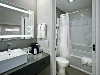 Quality Inn Hotel Hayward - Private Bathroom